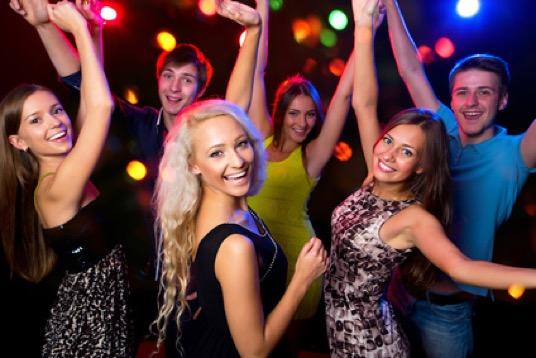 Abiball-Menschen-beim-Tanzen