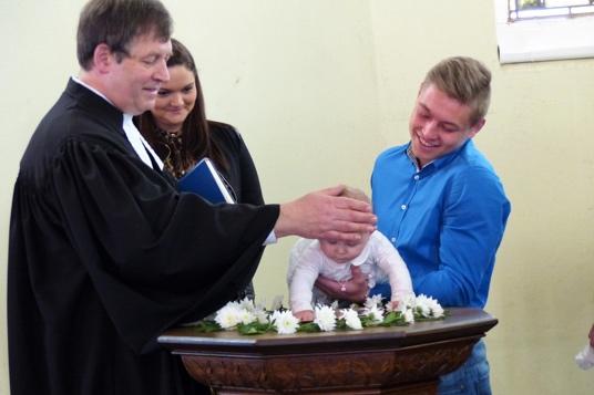 Feierlicher-Akt-die-Taufe-eines-Kindes