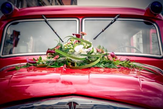 Hochzeit-Strauss-Motorhaube-Oldtimer