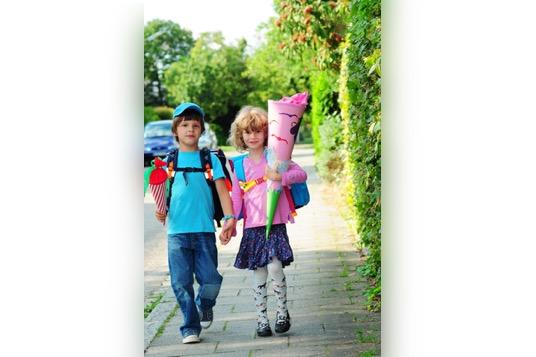 Schulanfang-Schulkinder-mit-schulranzen