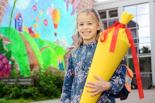 Schultüte-zum-Schulanfang-glueckliche-Kinder