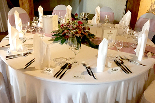 Tischdeko-zu-Hochzeit-FeierFee